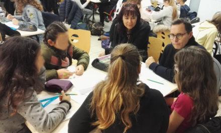"""Les élèves de 5eme rencontrent Chanouga, l'auteur de la bande dessinée """"Narcisse"""" qu'ils étudient en classe."""